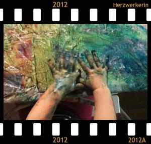 kleine Babyhände bunt voller Fingerfarbe