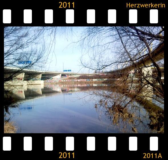 zwei Brücken spiegeln sich im Wasser die 2 Halbkreise ergeben