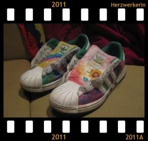 Schuhe ohne Schnürrsenkel, leuchtend bunt, überwiegend rosa, lila, blau, grün, gelb