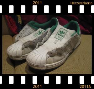 Gewaschene Schuhe, ohne Schnürrsenkel, sauberer als vorher aber immer noch gräulich