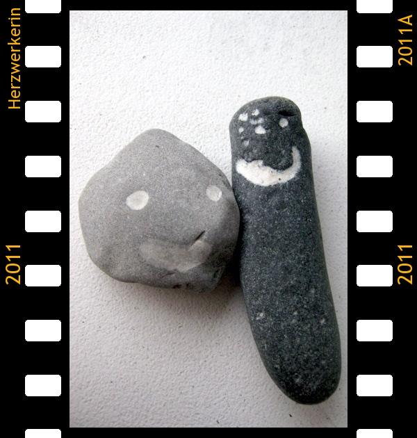Zwei Steine mit Grinsegesichtern
