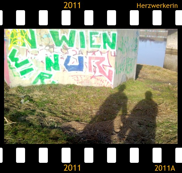 """Schatten von meinem Mann und mir vor Graffiti """"In Wien nur wir"""""""